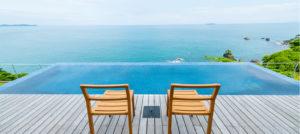 イヴレスのホテルの客室から見えるプールと海