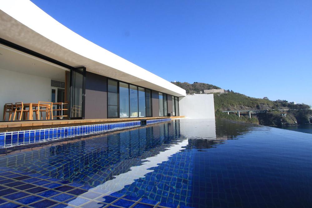 イヴレスの熱海のホテルからのプールとオーシャンビュー